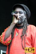 Macka B (UK) wit The Royal Roots Band 11. Chiemsee Reggae Festival, Übersee - Main Stage 21. August 2005 (5).jpg